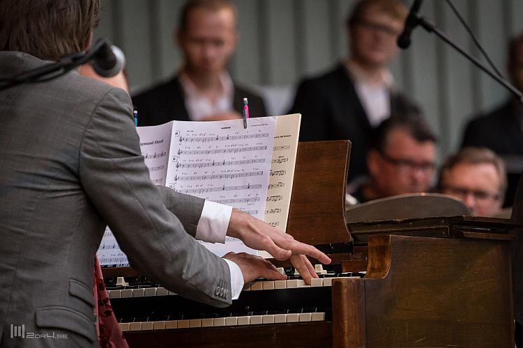 Andreas Hellkvist leker med sin Hammond B3